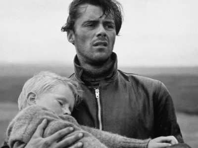 hunted-1952-001-dirk-bogarde-with-boy-in-his-arms