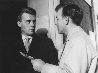 victim-1961-004-00m-klv-dirk-bogarde-with-man-holding-letter